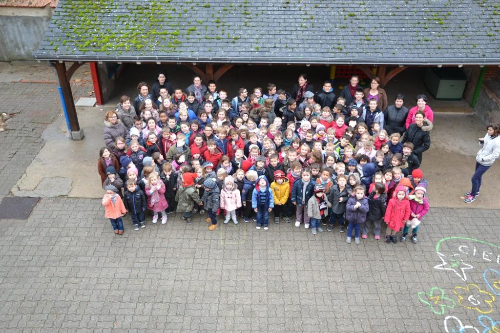 L'ensemble des élèves de l'école Jeanne d'arc Sully